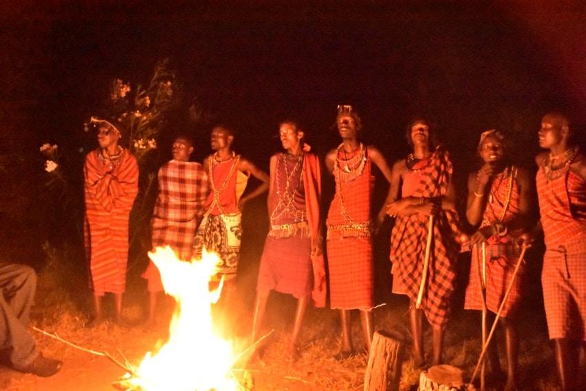 Die Moran beim Tanzen am Lagerfeuer