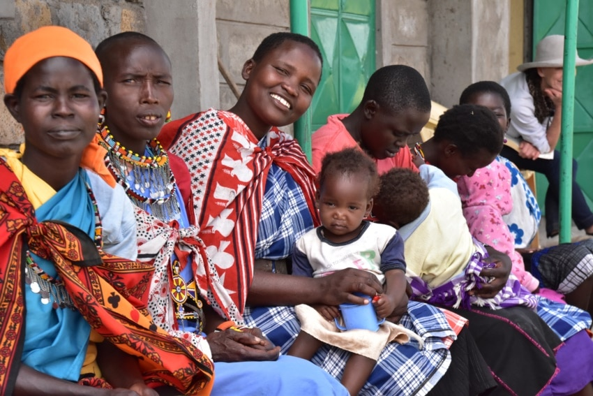 Maasai Frauen vor der Schule