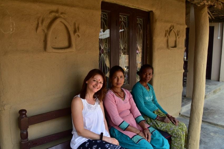 Im Tharu Dorfhaus mit den Gastgeberinnen