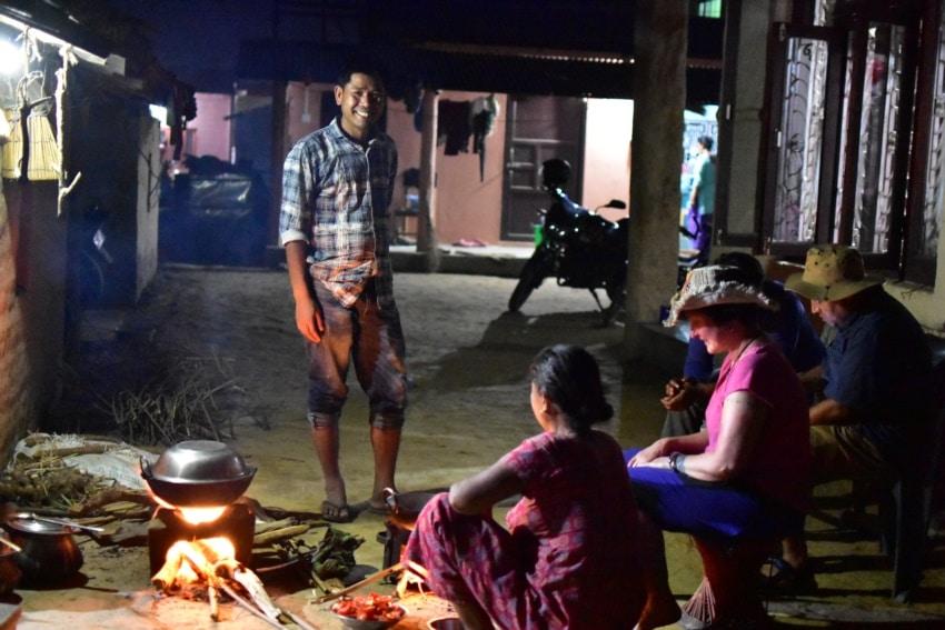 Gemeinsames Kochen im Tharu Dorf