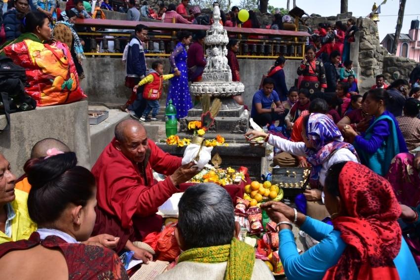 Buddhisten kaufen Opfergaben
