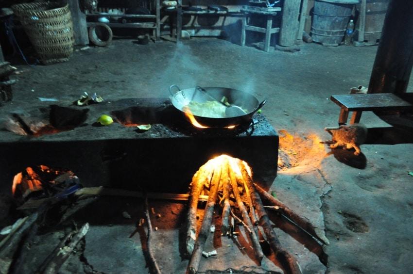 Kochstelle am offenen Feuer