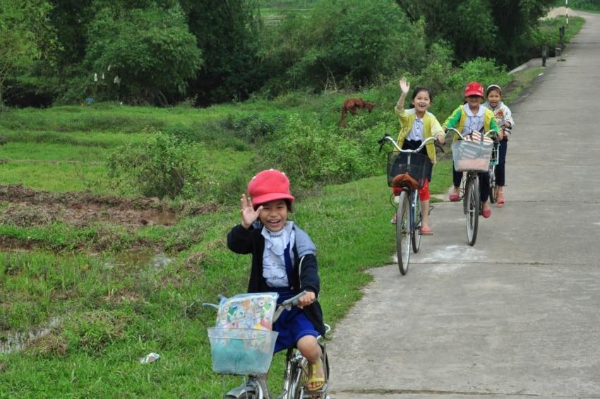 Freundliche Kinder unterwegs